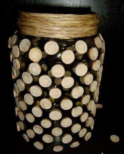 Стеклянная ваза из деревянных спилов.