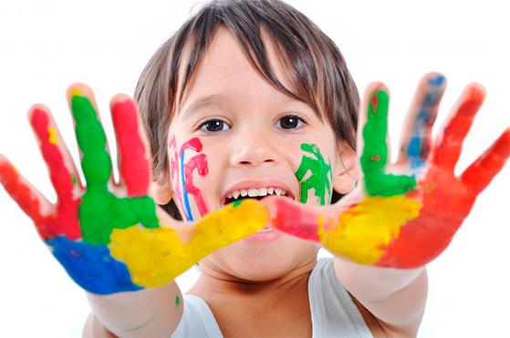 Ребенок может подарить собственноручно нарисованную картину.