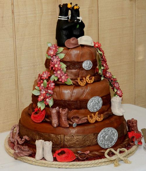 Торт с мастикой на кожную свадьбу.