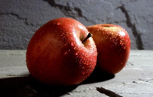 В этот день супруги должны съесть по красному яблоку.