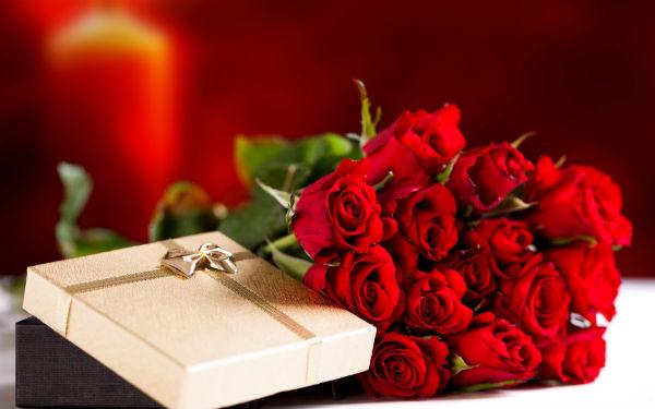 Коробка с подарком и букет роз.