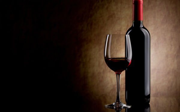 Бутылка элитного красного вина.