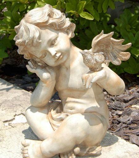 Садовая фигурка в виде ангела.