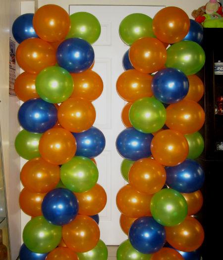 Украсить дом можно разноцветными шарами.