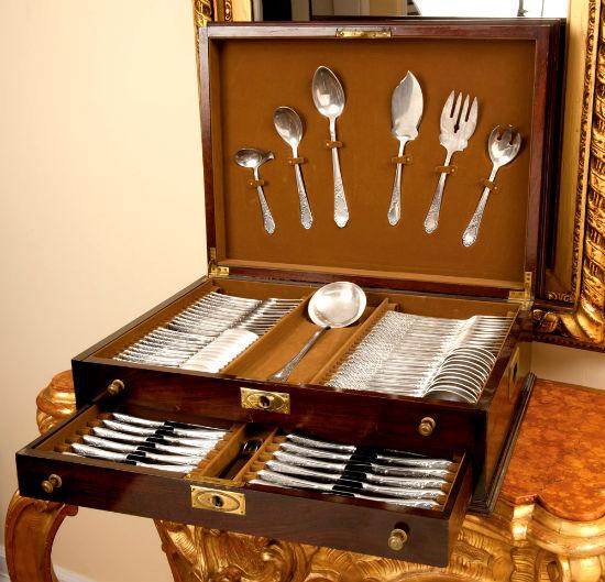Набор серебряных столовых приборов.