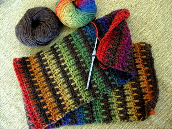 Можно подарить шарф связанный своими руками.