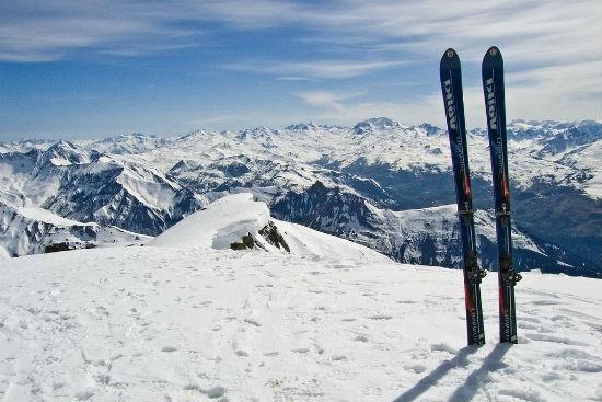 Активной бабушке могут понравиться лыжи.