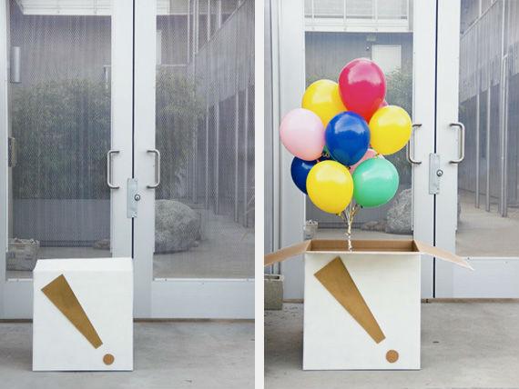 Воздушные шары в коробке привнесут настроения в праздник.