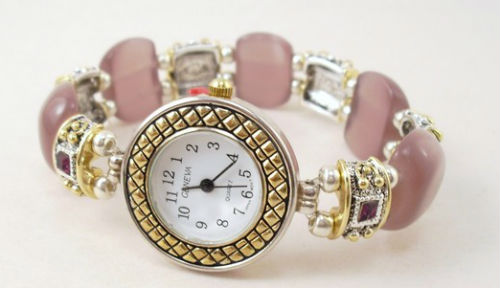 Наручные розовые часы.