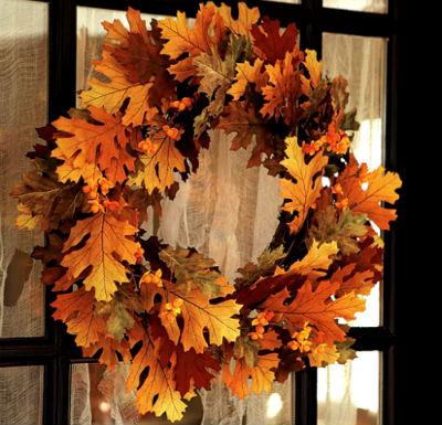 Праздничный венок из осенних листьев.