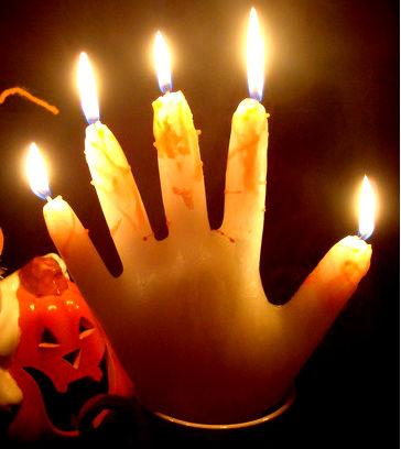 Свеча в виде ладони руки.