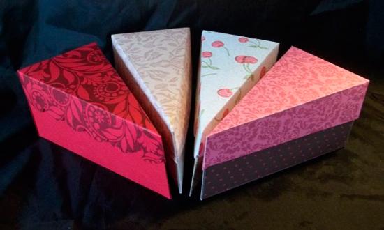 Кусочки торта с ровными крышками и фигурными - волнистыми.