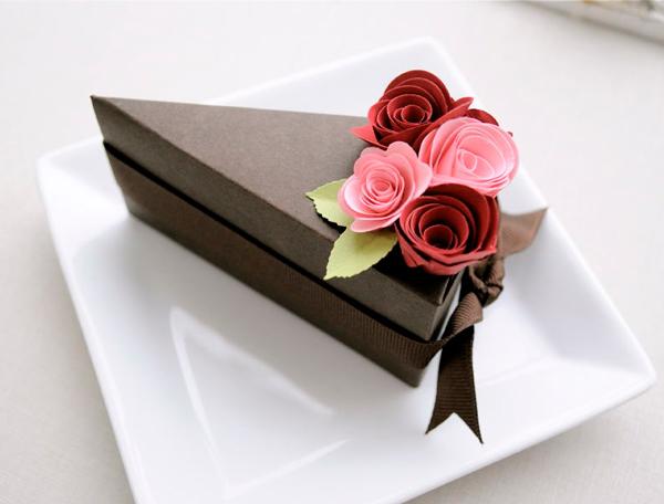 Бумажный кусочек торта.