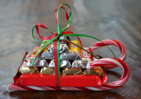 Сани из конфет на Новый Год своими руками.