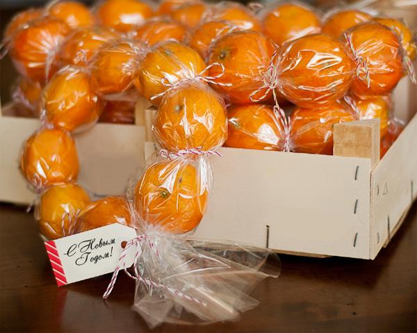 Венок из мандаринов в пленке.