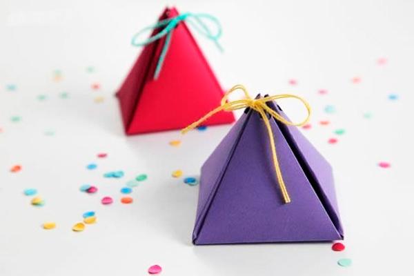Уложить внутрь подарок, затянуть нитки и завязать бантик.