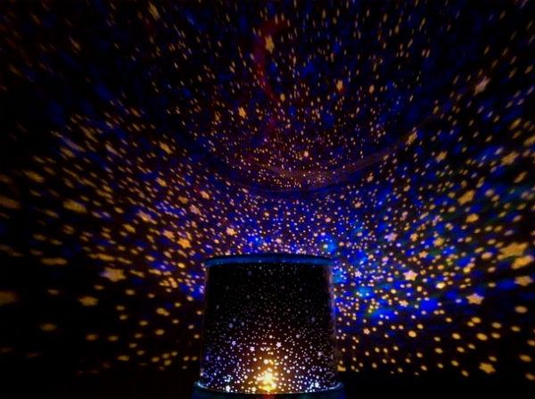 Проекция звезд на потолке смотрится очень романтично.