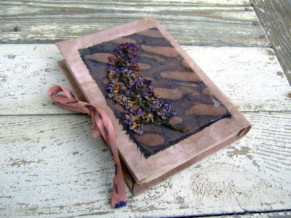 Блокнот декорированный сушеными цветами.
