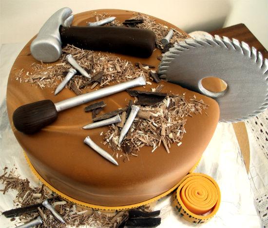Можно подарить брату оригинальный торт.