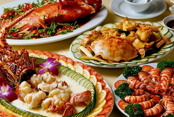 На столе должны присутствовать блюда из морепродуктов.