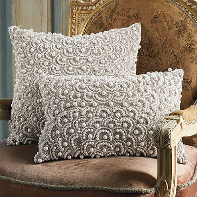 Подушки с декором бусинами-жемчужинами.