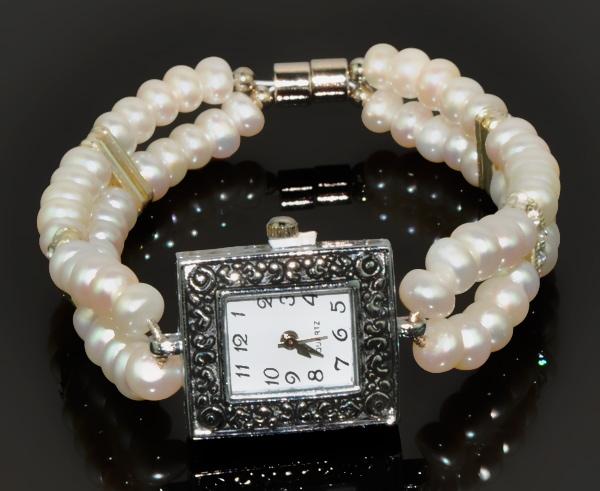 Супруге можно подарить элегантные часики с браслетиком из жемчуга.