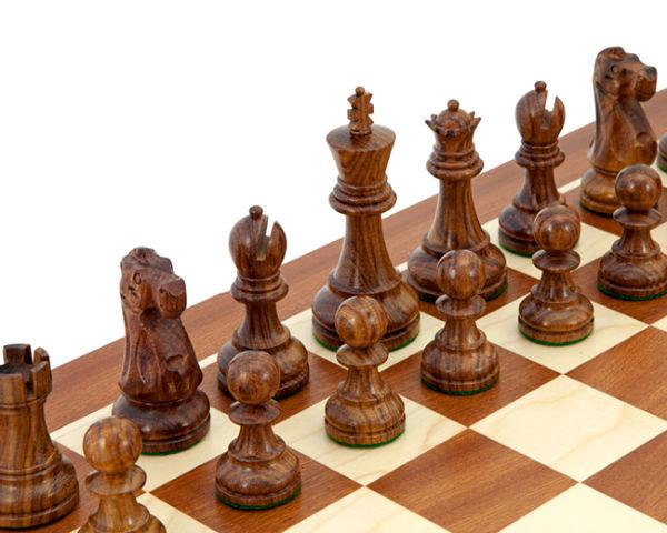 Деревянные шахматы.