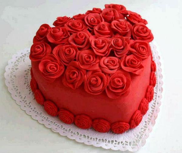 Торт в виде сердца - это именно то, что нужно в День Всех Влюбленных.