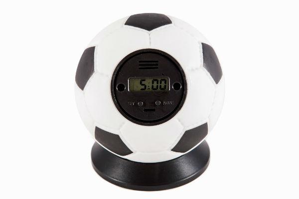 Будильник в виде футбольного мяча явно понравится спортсмену.