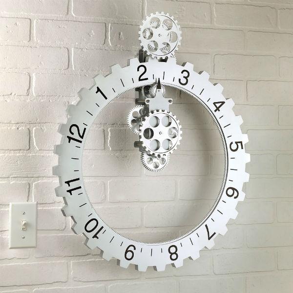 Настенные часы в виде шестеренок - забавно и оригинально.
