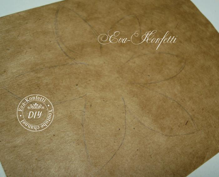 Из крафт бумаги вырезаеются лепестки.